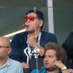 Badass! Dilarang Merokok di Stadion, Maradona Malah Sebat Dulu